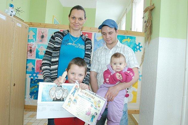 Zápis v základní škole ve Školní ulici v Příbrami. Mareček Oborník s mamkou Maruškou, taťkou Richardem a sestřičkou Maruškou.