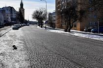 Dlažební kostky jsou hlučné, nahradí je proto asfalt.
