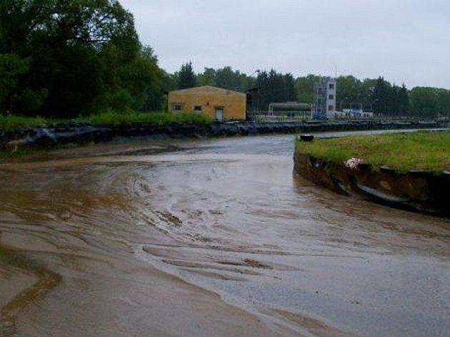Sedlčanská Kotlina je po vydatných deštích pod vodou.