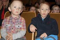 Děti z rodinného centra Amálka v Příbrami a předškoláci ze Školní ulice sledovali krátké představení klientů Domova Petra Mačkov na malé scéně příbramského divadla.
