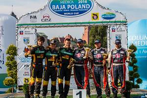 Tým KM Racing po dojezdu do cíle BAJA Poland.