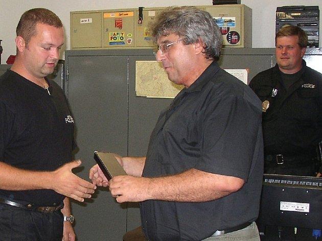 Příbramský starosta Josef Řihák poděkoval městským strážníkům za jejich práci.