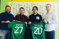 Radek Voltr (druhý zleva) se stal definitivně hráčem Příbrami. Smlouvu prodloužil i Jaroslav Tregler (třetí zleva).
