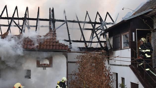 Požár rodinného domu ve Hvozdnici na Praze-západ.