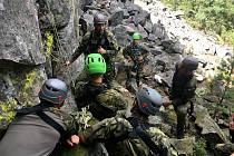 Vojáci 13. dělostřeleckého pluku z Jinců při absolvování vojenského lezeckého kurzu.
