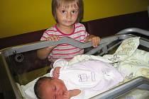 Veronika Korbelíková se mamince Kateřině a tatínkovi Vojtěchovi z Jinců narodila v úterý 15. června, vážila 3,74 kg a měřila 50 cm. Hrát si se sestřičkou bude skoro tříletá Kačenka.
