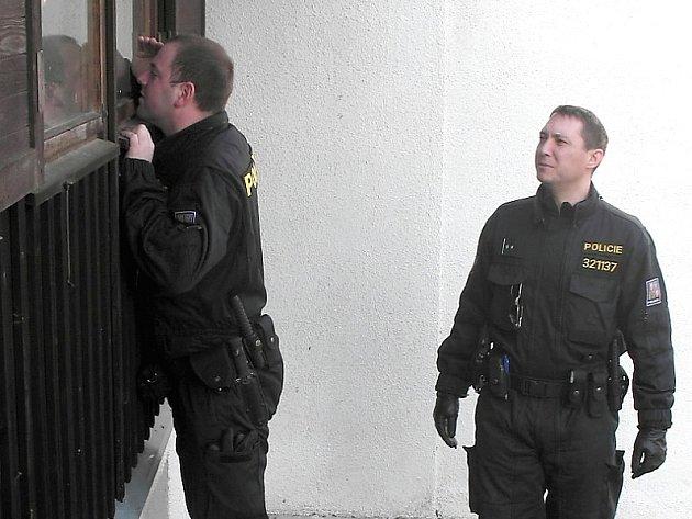 Policie kontroluje zabezpečení rekreačních objektů.