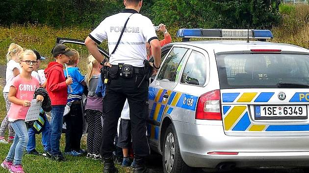 Policisté mezi školáky.