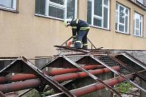 Hasiči likvidovali nebezpečné skleníky ve školní zahradě.