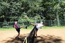 Čtvrtý turnaj nohejbalového Satelitu v Prostřední Lhotě ovládli dobříšští Edíci Na fotografii vpravo Ludvík Hubáček (Střelnice), Vlevo: Eda Fulín (Edíci Dobříš)