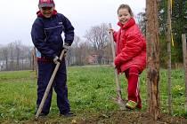 S výsadbou stromů pomáhají ochráncům přírody i malé děti.