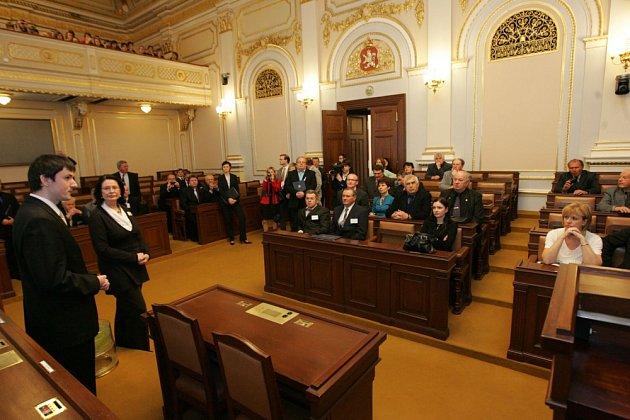 Slavnostní předávání dekretů ve sněmovně.