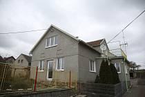 Dům čp. 5 v obci Krámy, v němž v noci na pátek 7. února 2020 syn zavraždil svého otce.