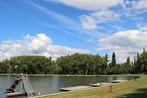 Na přírodní koupaliště Nový rybník nově budou dohlížet kamery a lze na něm připojit i k wi-fi.