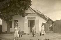 Pekařství Marie Balkové ve Hvožďanech. Fotografie z20. let 20. století, ve 30. letech proběhla výrazná přestavba na moderní strojní pekařství. Vpopředí je rodina majitelky pekařství spersonálem pekárny.