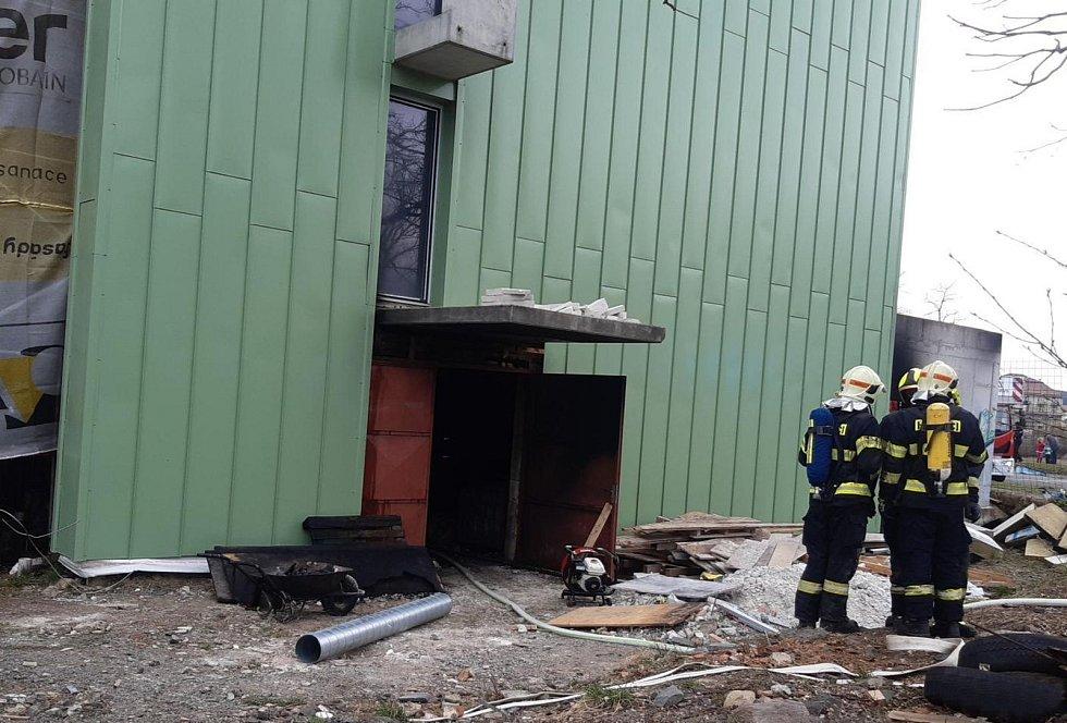Z požáru rekonstruovaného hotelu v Rukavičkářské ulici v Dobříši 9. dubna 2021.