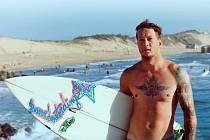 Matěj Novák vybudoval surfovou základnu, většinu dne tak tráví tím, co ho baví - surfováním a skejtováním.