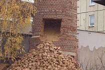 Komín v Březnici rozebírají dělníci ručně.