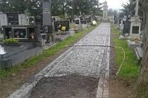 Oprava cesty na hřbitově v Rožmitále pod Třemšínem.