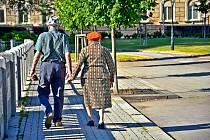 Senioři na procházce. Ilustrační foto.