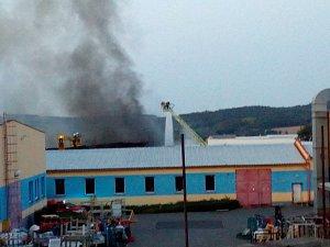 V pátek odpoledne hasiči vyhlásili třetí stupeň požárního poplachu. Důvodem je požár ve výrobní hale koupelen Ravak, ve které se zpracovávají plasty.
