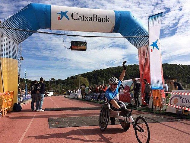 Jan Tománek v cíli půlmaratonu na Mallorce.