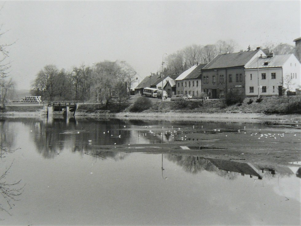 Rybník Dolejší Obora, dříve zvaný Podměstský, v Příbrami na historické fotografii.