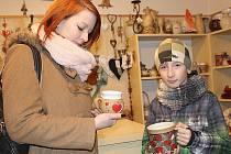 PŘESTOŽE svatý Valentýn je původně svátek pro zamilované páry, kupují dárky i synové svým maminkám. Ondrovi z Čenkova pomáhá s výběrem hrníčku v Pražské ulici sestra Eliška.