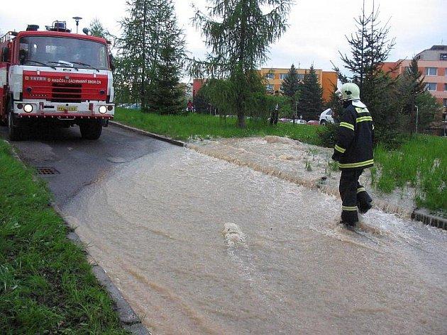 Čerpání vody z areálu zdabořské nemocnice.