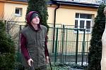 Děti dětem. Budoucí truhláři příbramské waldorfské školy vyrobili stříšku pro zvonici, která bude chránit zvon v zahradě mateřinky v ulici Bratří Čapků v Příbrami.