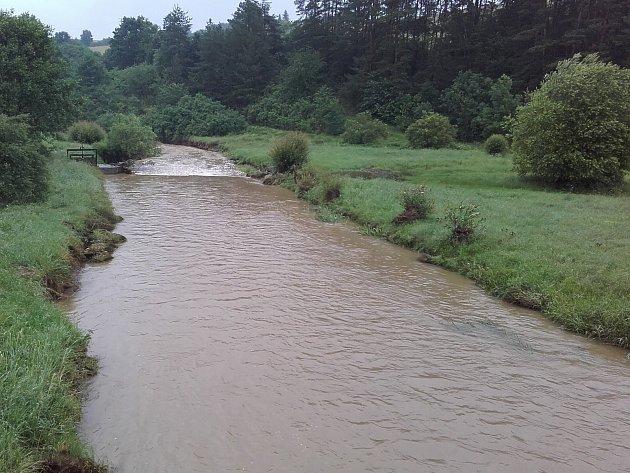 Litavkou teče hodně vody, ale naštěstí zůstává v korytě.