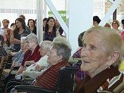 Domov seniorů se otevřel ve čtvrtek 8. června návštěvníkům při tradiční akci Den domova. Zájemci mohli absolvovat komentovanou prohlídku, prohlédnout si výstavku prací klientů a ochutnat některou z množství nabízených dobrot.