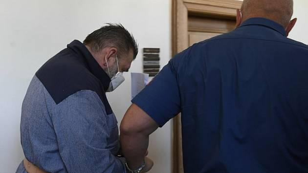 Justiční stráž odvádí Jaromíra P. (vlevo) 8. června 2021 po jednání o vazbě u Krajského soudu v Praze. .