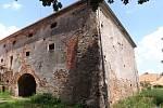 Pičínská tvrz se nachází v areálu zemědělského družstva.