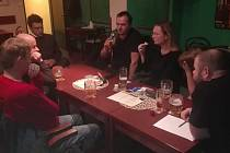 A-tým při jednání v příbramském divadelním klubu.