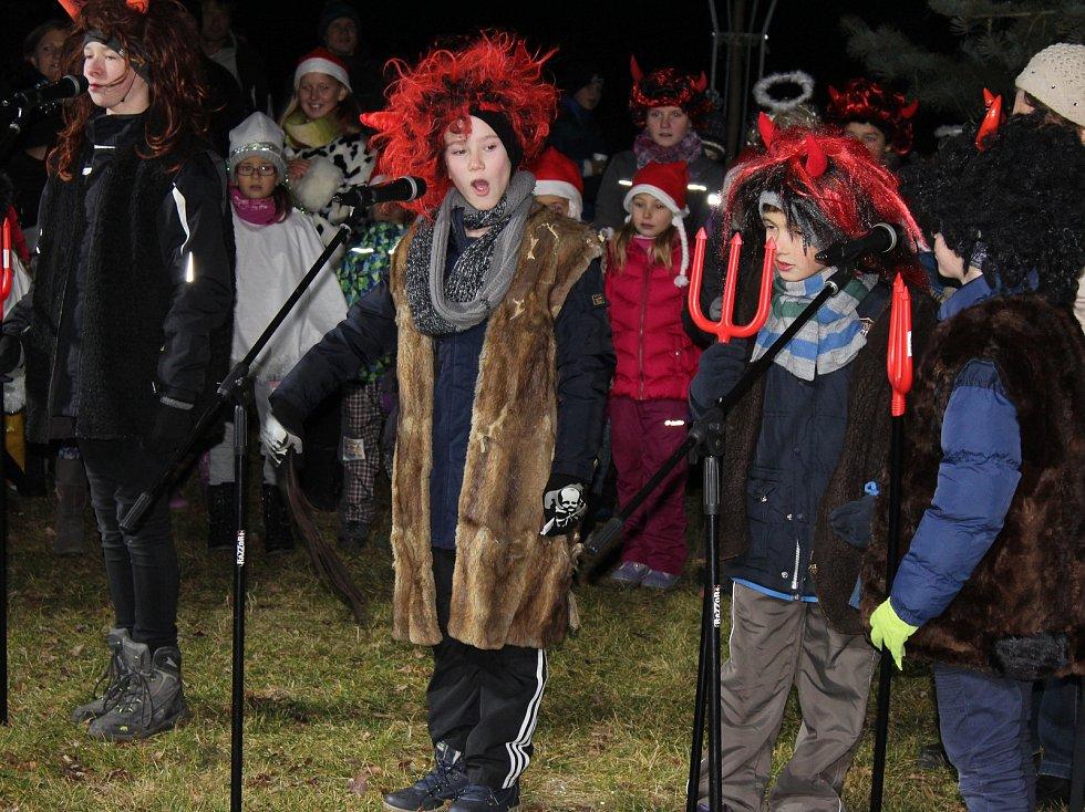 Rozsvěcení stromečku o prvním adventním svátku si užily děti ze Základní školy a mateřské školy Stará Huť, zpívaly a tančily v maskách a potom si společně s menšími dětmi stromek ozdobily.