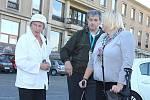 Demonstrace příbramských vozíčkářů za divadelní výtah trvala přibližně patnáct minut a zúčastnil se jí starosta města Jindřich Vařeka a místostarostka Alena Ženíšková.