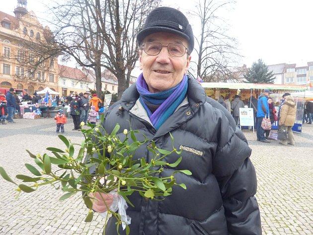 PŘEDVÁNOČNÍ farmářské trhy na náměstí v Sedlčanech si nenechal ujít ani dlouholetý spolupracovník Příbramského deníku Ladislav Hadraba. Pochvaloval si, že ve stáncích je všechno možné, co k nadcházejícím svátečním dnům patří.