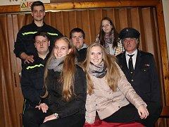 DOBROVOLNÍ hasiči ze Skalice pózují v hospodě pod výstavkou trofejí.