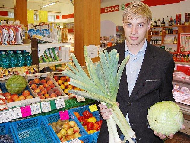 Petr Větrovský si vybírá suroviny, aby si mohl uvařit jídlo dle vlastního receptu