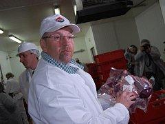 Ministr zemědělství Ivan Fuksa v příbramském masokombinátu.