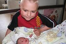 Pětiletý Vojta bude ukazovat klukovský svět bráškovi Jakubu Molkovi. Ten se mamince Marii a tatínkovi Petrovi z Příbrami narodil ve středu 15. dubna, vážil 3,73 kg a měřil 52 cm.