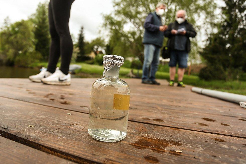 Hygienici na Slapské přehradě u Staré Živohošti v pondělí 17. května.