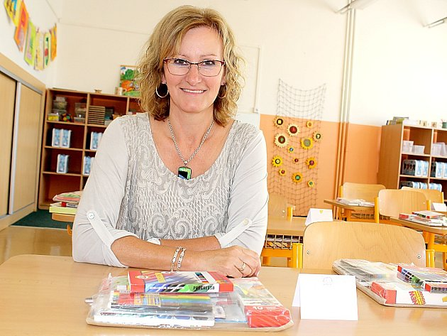 Paní učitelka Stanislava Karlová v první lavici vzpomíná na svůj první školní den.
