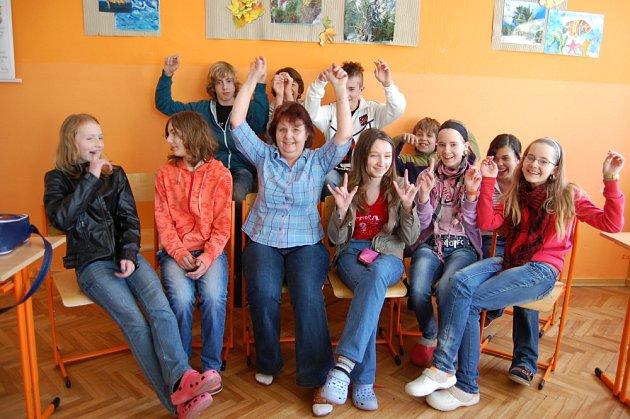 Školáci v Obecnici s paní učitelkou Marií Riegertovou.