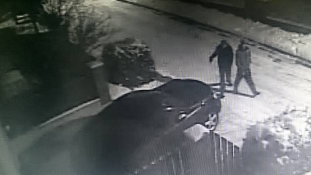 Policie hledá svědky vloupání do auta v Březnici.