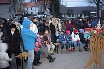 I letošní hvožďanský Advent byl spjatý s charitou, výtěžek z prodeje adventních věnců a z příspěvků občanů půjde na konto adventních koncertů České televize.