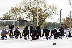 KLUZIŠTĚ OŽÍVÁ. Hokejové celky z extraligy, na snímku pražská Sparta, v tomto týdnu absolvují tréninky na otevřené ledové ploše v Dobříši. Ve městě se tím znovu dostávají na přetřes témata rekonstrukce stadionu či obnovení činnosti klubu.