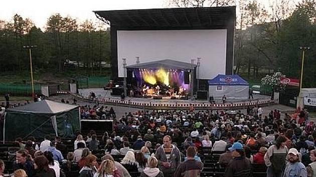 Příbramské letní kino v době, kdy ještě hostilo velké kapely