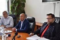 Vedení města Příbrami: (zleva) místostarosta Martin Buršík, současný starosta Jindřich Vařeka a jeho budoucí nástupce místostarosta Jan Konvalinka.